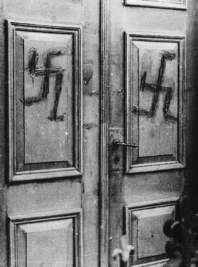 Op 14 februari 1941 werden de deuren van de joodse synagoge aan de Stationsstraat beklad met hakenkruisen. Uit het boek Aalten in oorlogstijd van J.G. ter Horst