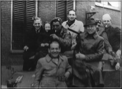 Blijde Aaltenaren klimmen op een Engels voertuig en roken Engelse sigaretten op 30 maart 1945. Uit het boek Aalten in Oorlogstijd van J.G. ter Horst
