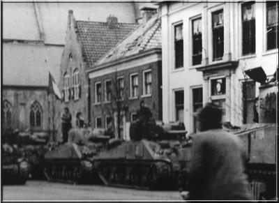 De bevrijders op de Markt in Aalten op 30 maart 1945. Uit het boek Aalten in Oorlogstijd van J.G. ter Horst