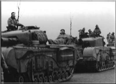 Engelse tanks in de Richterinkstraat op 30 maart 1945. Uit het boek Aalten in Oorlogstijd van J.G. ter Horst