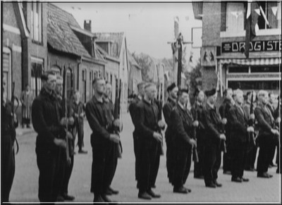 De Nederlandse Binnenlandse Strijdkrachten op het Damplein in Aalten1945.