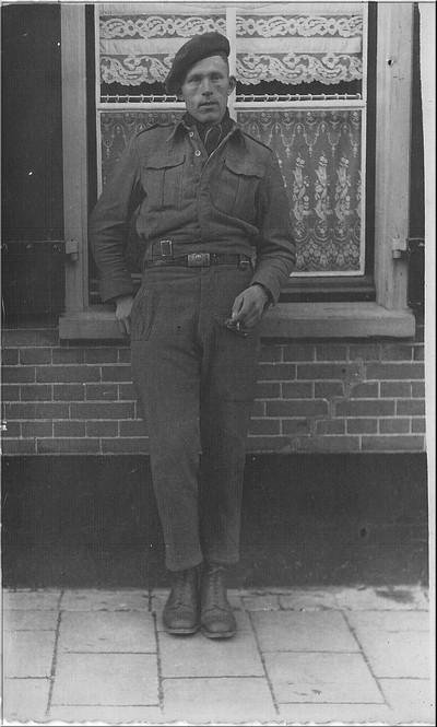 Johan te Lindert in uniform voor zijn oudershuis in het Aaltense Barlo .