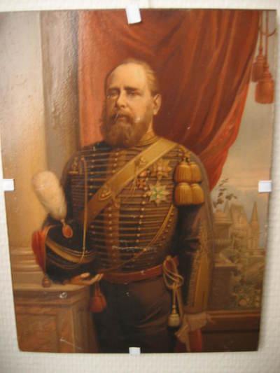 portret van Z.K.H. Koning Willem III, in grote tenue kolonel der Rijdende Artillerie, Kniestuk, naar links gewend. Het betreft hier stellig een replica van een schilderij verspreid na overlijden van Koning Willem III. Geen lijst