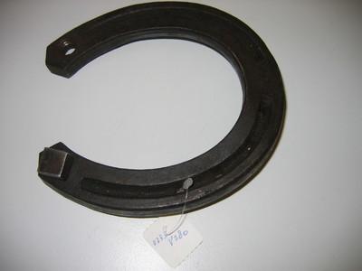 hoefijzer zwart gelakt met 1( één) ingeschroefde kalkoen. (Kalkoenen werden bij gladheid in de hoefijzers aangebracht om het risico van uitglijden van het paard te beperken)