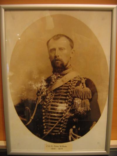 Portret kroonprins Willem in grote tenue officier KRA, borststuk 3/4 gewend naar rechts in metalen lijst.