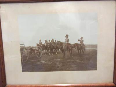 stuk ( 8 brons of 8 staal ??) met bediening, officier en trompetter te paard