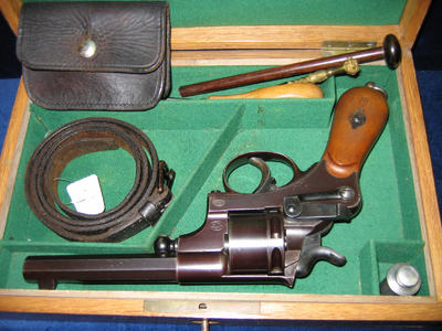 revolver, 6 schoten, centraalvuur in houten kist met toebehoren.