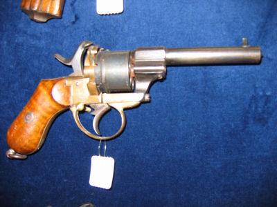 pistool M1820, voorlader omgebouwd tot percussiewapen. Graveringen op loop boven kamer: M1820, en rechts op de loop : PB + keurmerken