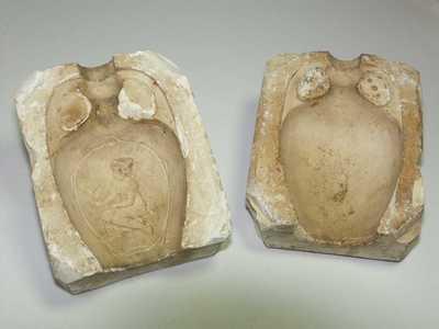 zittende vrouw met vogel op de arm, afgebeeld in een vaas