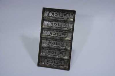 6 identieke langwerpige vormen, tablet