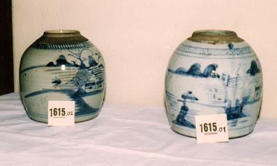 Gemberpot met gedecoreerd met een grijsblauwe decoratie, rivierlandschap.