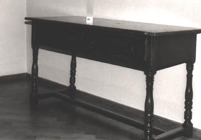 Engelse tafel met 2 lades en 4 balustervormige poten en 3 regels aan de onderzijde.