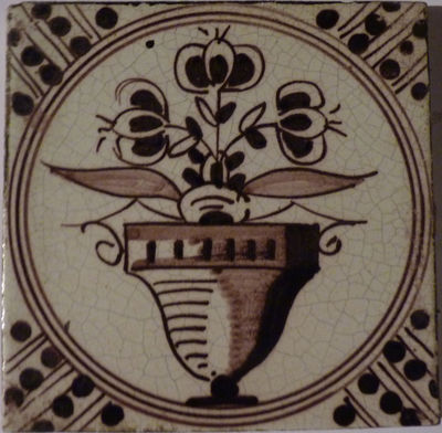 Een rij tegels, gedecoreerd met een bloempot, paars van tint op een witte achtergrond. De hoeken zijn voorzien met een Wan-Li-motief.
