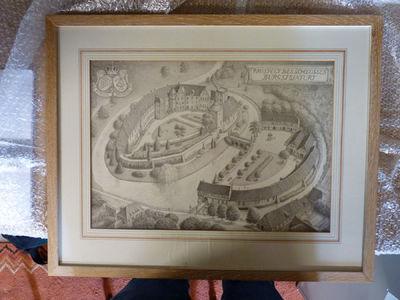 Schloss Burgsteinfurt in vogelvlucht van de voorkant gezien. Links de hoofdburcht en rechts de voorburcht. Linksboven twee wapens met daarboven een kroon. Eronder van links naar rechts staat Bentheim en Steinfurt. Rechtsboven staat gekadreerd Prospect des schlosses Burgsteinfurt.