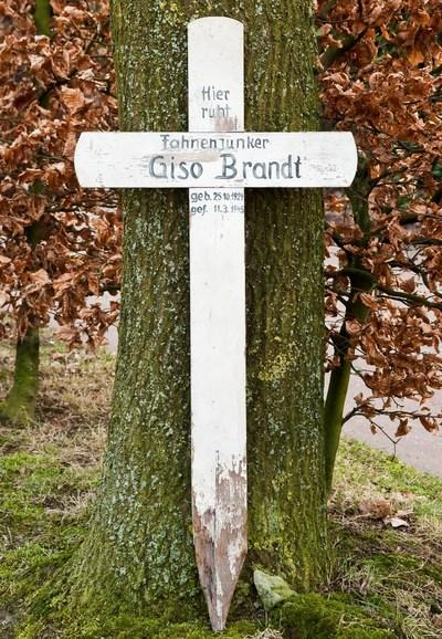 Wanneer een soldaat sneuvelde werd hij, als daarvoor de gelegenheid was, dikwijls te velde begraven in een geïmproviseerd veldgraf. Daarbij werd gebruik gemaakt van meerdere vormen van markeringen. Op 11 maart 1945 sneuvelde Fahnenjunker Giso Brandt nabij Emmericher Eyland in Duitsland. Op zijn veldgraf werd een wit geschilderd houten kruis geplaatst, met daarop geschilderd zijn gegevens, in afwachting van overbrenging naar zijn definitieve rustplaats. Thans ligt hij begraven op de oorlogsbegraafplaats Kalkar-Emmericher Eyland, graf nummer 3. Opvallend is dat op het tijdelijk grafkruis de voornaam en de geboortedatum niet overeenkomen met de gegevens van de Deutsche Volksbund für Kriegsgräberfürsorge. Volgens die intantie was zijn naam Gise - niet Giso - en werd hij geboren op 25 oktober 1922 in plaats van 25 oktober 1924.
