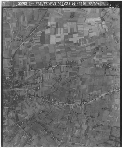Britse en Amerikaanse fotoverkenningsvliegtuigen maakten gedurende de oorlog miljoenen luchtfoto's van steden en dorpen in West-Europa. Deze foto's konden zowel van hoge als van lage hoogte genomen worden. De foto's werden nauwkeurig bestudeerd door deskundigen, die hun bevindingen gebruikten bij het maken van stafkaarten. Deze luchtfoto is gemaakt op 10 september 1944 (Zeven dagen voor de start van operatie Market Garden). Aan de linkerkant van de foto, net onder het midden is het dorp Groesbeek te herkennen. De spoorlijn van Nijmegen naar Kleef in Duitsland loopt van links, via Groesbeek, schuin naar boven tot bovenin rechts. Het lichte 'kruisvormige' voorwerp is het dak van de R.K. kerk. Kort na het station in Groesbeek is de gebogen aftakking te zien naar het 'bommenbos'. Door de Duitsers was in het Staatsbos ten zuiden van Groesbeek een munitieopslagplaats aangelegd. Om de munitie aan en af te voeren hadden de Duitsers dit spoorlijntje aangelegd.
