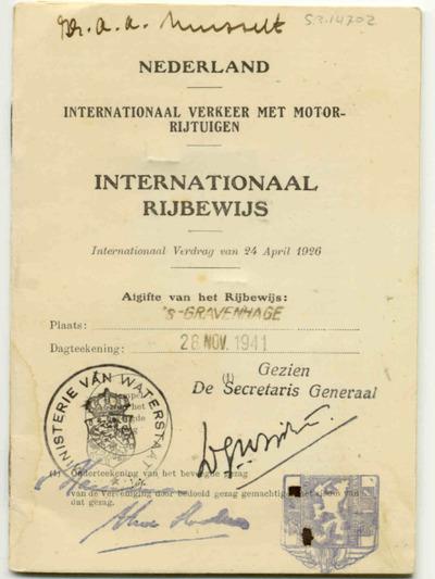 Antoon Adriaan Mussert was leider van de Nationaal Socialische Beweging in Nederland (N.S.B.). Hij was voor zijn reizen in binnen- en buitenland in het bezit van dit internationaal rijbewijs. Voor de oorlog voerden zijn reizen hem onder andere naar Italië. Tijdens de bezetting reisde hij enkele malen naar Berlijn om er bij Adolf Hitler zijn opwachting te maken. Na de bezettingstijd werd Mussert gearresteerd en tijdens een proces ter dood veroordeeld. Hij werd op 7 mei 1946, een jaar na zijn arrestatie, gefusilleerd op de Waalsdorpervlakte bij Den Haag.