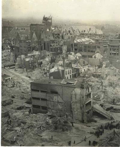 Op dinsdag 22 februari 1944 werd Nijmegen per abuis gebombardeerd door een aantal viermotorige bommenwerpers van de Amerikaanse Leger Luchtmacht. Een groot deel van de binnenstad en het spoorwegemplacement van de Nederlandse Spoorwegen werd verwoest. Ongeveer 800 inwoners verloren daarbij het leven en nog eens duizenden raakten gewond. Kort na het bombardement zijn er verschillende burgers en persfotografen geweest die de verwoestigen vastlegden op de gevoelige plaat. Een persfotograaf maakte deze overzichtsopname waarop de getroffen Augustijnen- en St. Stevenskerk te zien zijn.