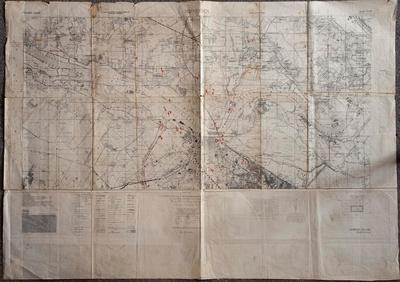 Als deel van de voorbereidingen voor Operatie Market Garden verrichtten de geallieerden uitgebreide verkenningen door middel van luchtfotografie. De resultaten van de analyses van deze foto's werden aangegeven op dit soort stafkaarten. In het rood zijn de - bij de geallieerden bekende - duitse posities ingetekend. Heel belangrijk opdeze kaart is de verdediging langs het Maas-Waal kanaal en die om en nabij de Waalbrug. Ten noorden van Lent is een concentratie van Duits luchtdoelgeschut te zien. Nijmegen, Holland 1 : 25.000, Sheet 6W, G.S.G.S. 4427.