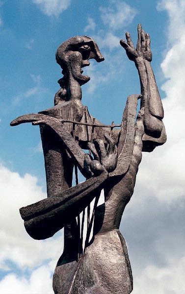 De magische werking van Orpheus dicht- en zangkunst is vele malen beschreven. Met zijn liederen en lier temde hij de wilde natuur, planten en dieren en zelfs de weerbarstige mens. Orpheus werd hierdoor het toonbeeld van (voordracht)kunst en beschaving. Het is dan ook toepasselijk dat zijn naam en beeltenis zijn verbonden aan de Apeldoornse schouwburg. Het beeld van Orpheus, van de Russische constructivistische kunstenaar Ossip Zadkine, werd aangekocht in 1965 nadat eerder zijn beeld van de Drie Gratiën aan de Sprengenweg werd geplaatst. Het fonds 'Fraaier Apeldoorn' kocht de Orpheus na een tentoonstelling van de kunstenaar in het Arnhems Gemeentemuseum. Tot dan toe genoot Zadkine in Nederland vooral de bekendheid met zijn bevrijdingmonument in Rotterdam