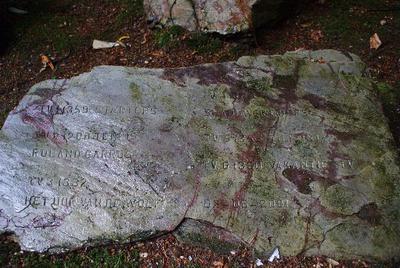 Deze zwerfkeien met inscriptie bevinden zich nabij de 'witte brug' in Park Sonsbeek.