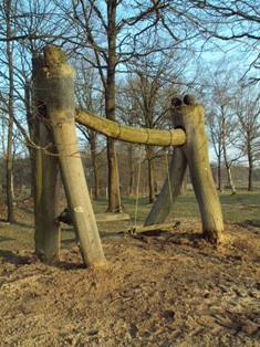 De Stichting Kunst in Putten (SKIP) organiseerde in 2011 een LAND ART project in het Puttense buitengebied. De schommels die tussen twee bomen hangen, worden door de kunstenaar ook wel 'mannetje-vrouwtje' genoemd.