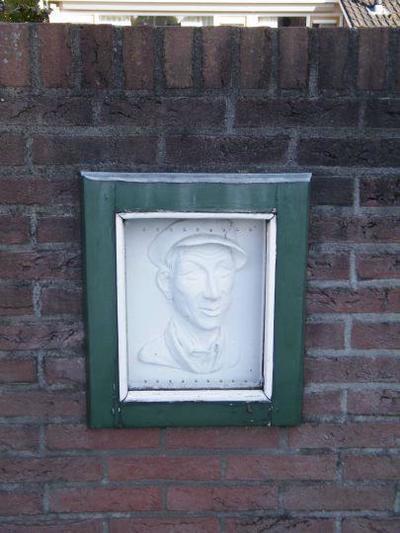 Herman van Velzen is het pseudoniem van Frans Roes, een Achterhoekse schrijver van verhalen in plaatselijk dialect. Hij werd geboren in 1902 op een boerderij in Gaanderen en hij stierf in 1974 in Hengelo. Veel van zijn verhalen verschenen in de Graafschapbode (nu De Gelderlander). De hoofdpersonen zijn rasechte Achterhoekers. Zijn meest bekende figuur is bezembinder Aornt Peppelenkamp, een eerlijk en goedmoedig man. Door zijn grote, maar wat naïeve vertrouwen in de mensheid belandde hij nogal eens in hachelijke situaties.