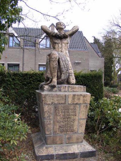 De tekst bij het oorlogsmonument vermeldt: Ter gedachtenis aan hen die vielen voor het vaderland in de jaren 1940-1945. Hun offer, onze hulde.