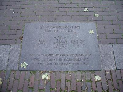 In de bestrating is het wapen van Gelre aangebracht met de tekst: 'Dit handwerk hoort toe aan het geslacht van Gelre dat de grond waarop Wageningen werd gesticht in eigendom had. 1973 Hist.Ver. Oud-Wageningen 1998'. In 1998 schonk deze vereniging de granieten stenen met inscriptie aan de gemeente Wageningen.