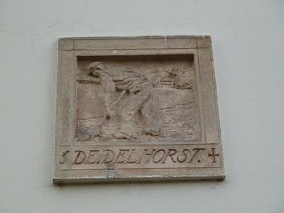 In de witgepleisterde voorgevel van een vrijstaand huis aan het Delhorstpad, een zijpad van de Generaal Foulkesweg, bevindt zich op de eerste etage een gevelsteen. De afbeelding laat een spittende boer zien met daaronder in cursieve letters de inscriptie 'De Delhorst'. De voorgevel en andere delen van dit huis zijn in 1917 verbouwd. Waarschijnlijk is toen deze gevelsteen aangebracht.