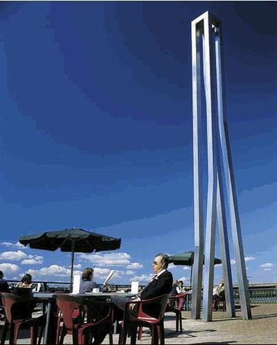 Dit kunstwerk van Bert Meinen voert de blik van de beschouwer als vanzelf naar boven. In elk van de vier 'poten' bevindt zich op verschillende hoogtes een lichte knik. De vorm van het object herinnert daarmee aan die van een traditionele houten meerpaal aan de kade. De stalen balken komen uit in een vierkant, dat een venster naar de hemel vormt. Het kunstwerk is opgesteld in het verlengde van de Zutphense markten en de Marspoortstraat, die door het centrum van de stad lopen. De blauwe kleur op een van de staande balken verwijst niet alleen naar de lucht, maar ook naar het water. Het kunstwerk vormt voor zowel de schippers op de IJssel als de bezoekers van het centrum een al van verre herkenbaar baken.