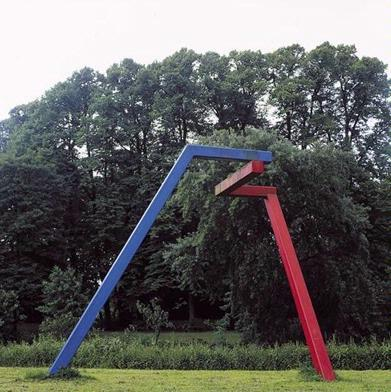 Op het eerste gezicht lijkt het stalen object van de kunstenaar Jurriën Strelitsky een toonbeeld van eenvoud en rust. Maar schijn bedriegt. Verschillende standpunten leveren namelijk steeds een ander kunstwerk op. Telkens lijkt de hoek tussen het blauwe en het rode element zich te wijzigen. Bij zonnig weer neemt zelfs de schaduw van het object in het gras deel aan dit vernuftige spel van illusies. Door bewust gebruik te maken van de perspectivische vertekening zet de kunstenaar zijn publiek herhaaldelijk op het verkeerde been. Het ogenschijnlijk geometrisch geordende kunstwerk blijkt bij nader inzien ongrijpbaar en onmeetbaar te zijn.