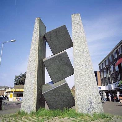 De titel van dit beeld verwijst naar het contrast tussen het gladde oppervlak van de drie kubussen en de ruwe huid van de beide staanders. Bovendien lijken ondanks hun zwaarte de granieten blokken tussen de staande elementen te zweven en is er dus ook in die zin sprake van een 'Samenspanning van elementen'. Een vernuftig optisch effect wordt veroorzaakt door het gepolijste oppervlak van de kubussen. In de weerspiegeling hiervan wordt dat deel van de vierkanten dat door overlapping aan het oog is onttrokken optisch 'aangevuld', zodat de vorm toch in zijn geheel te zien is. Van Beek onderzoekt met zijn beeldhouwkunst de verschillende eigenschappen van steen, om zodoende in aanraking te komen met - zoals hij zelf zegt - 'de hele oergeschiedenis van de aarde.'
