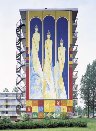 In deze opvallende schildering van de Zutphense kunstenares Jessica Heykoop is een overvloed aan beelden te herkennen, afkomstig uit verschillende culturen. Direct in het oog springend zijn de drie reusachtige figuren uit de titel van het werk. Ze lijken boeddhistische monniken te zijn, die het wel en wee van de omwonenden bewaken. De van oorsprong christelijke combinatie van kruis, anker en hart, de symbolen voor geloof, hoop en liefde, hebben waarschijnlijk dezelfde functie. Andere 'iconen' tonen oer-Hollandse zaken. Zoals een koe of een bootje, die verwijzen naar de nabijgelegen rivier en weilanden...