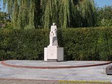 Het monument bestaat uit een mannenfiguur met vrouw en kind. De tekst op het voetstuk luidt: 'OM TE DOEN GEDENKEN 1940-1945'. De groep is met het gelaat naar het zuiden gericht van waar de verdrukking, maar ook de bevrijding kwam. Kunstenares Bé Thoden van Velzen heeft het beeldhouwwerk als volgt omschreven: '... voorstellende man, vrouw en kind, als symbool van het gehele Nederlandse volk, verwachtingsvol uitziende naar de bevrijding, ongebogen en onverzwakt.'