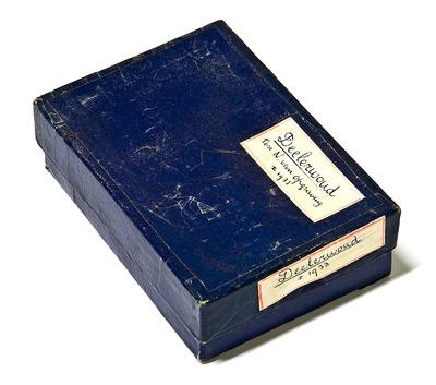Blauw opbergdoosje van Moerman. Ca. 1933 door Moerman gebruikt bij een opgraving in het Deelerwoud.