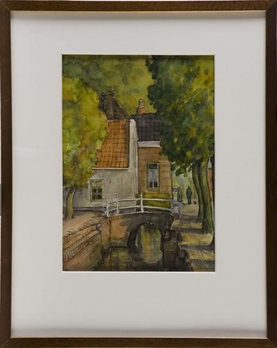 Aquarel op papier van stadsgezicht met gracht met aan weerszijden bomen,een brug, woonhuizen en een persoon