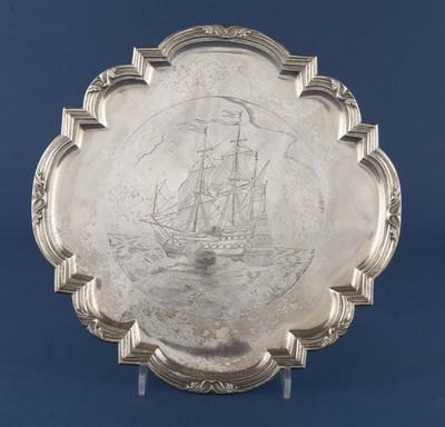 Dienbord van zilver, op voet en met brede buitenrand, de gegraveerde voorstelling toont een 17de eeuws koopvaardijschip , gebruikt door het Schipluidengilde te Elburg, voorzien van Zwols keur, 1727 of 1711