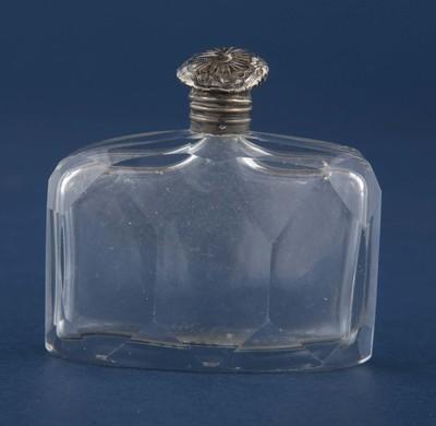 Parfumflesje van kristalglas met zilveren op schaniertjes draaiende dop, bovenop gegraveerd een opengevouwen vierbladbloem