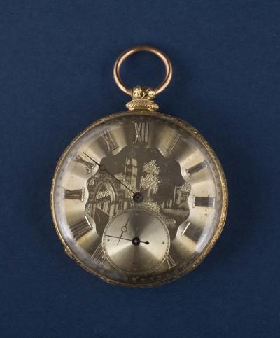 Horloge met kast van goud, met ingegraveerde voorstelling op de wijzerplaat van een gebouw, een toren, een muur en een bos, afkomstig uit de collectie van de Elburgse familie Van der Maaten