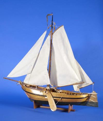 Scheepsmodel van een pluut genummerd EB 11. Schip gemaakt van hout met katoenen zeilen, complete scheepsinrichting met tuigage. Museum Elburg heeft een aantal scheepsmodellen in bruikleen die gemaakt zijn door Jan Jansen. Jan Jansen heeft dertig jaar gevist op een Elburgse botter en was daarnaast altijd al bezig met het bouwen van scheepsmodellen. Op zeventienjarige leeftijd bouwde hij zijn eerste scheepje. In het begin was hij bijna een jaar bezig met het bouwen van modellen van ongeveer 90 centimeter. Naarmate hij meer bedreven raakte in de modelbouw werden de scheepjes kleiner, meer gedetailleerd en waren ze aanmerkelijk sneller klaar. Jan Jansen werkte altijd uit zijn hoofd, nooit aan de hand van een modeltekening. Hij was zo vertrouwd met de vissersschepen dat hij geen tekening nodig had om botters, pluten, bonzen en punters natuurgetrouw op schaal na te maken. Hij maakte bijna alles zelf, alleen de zeilen niet, die maakte zijn vrouw.