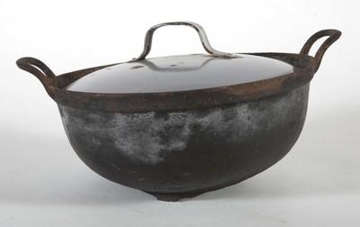 Braadpan met twee handvatten en een deksel, van metaal, voor het bereiden van vis