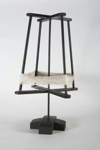Haspel van naaldhout, zwart geschilderd, 20ste eeuw