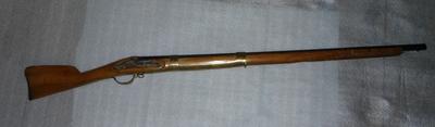 Vuursteenmusket met bajonet, van hout, ijzer en koper, vervaardigd tussen 1780 en 1800, het geweer vertoont een grote gelijkenis met de wapens van de Geweerfabriek Culemborg, of dit exemplaar van Nederlandse makelij is staat niet vast het wapen werd vermoedelijk gebruikt voor de verdediging