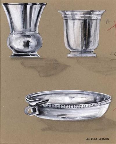 Ontwerptekening van een ronde asbak met oor en sigarettenlegger; de asbak heeft langs de rand een parelbandje. Links en rechtsboven een sigarettenbeker op een voetring. Het linker exemplaar, op voetring, heeft een buikje en een uitlopende schacht; het andere exemplaar heeft eveneens een voetring, waarboven een holle band; de rand loopt naar buiten en is versierd met 2 horizontale banden.