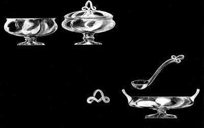 Ontwerptekening met afbeelding van een bonbonschaal op voet zonder deksel en één met deksel, een schaal op voet met twee oren, een lepel, en een sierlijk knopje.