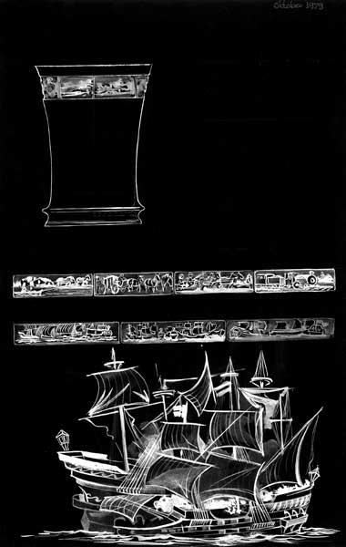 Ontwerptekening op zwart papier van een hoge, iets uitlopende vaas met aan de bovenkant een rand in reliëf; Diverse reliëfs zijn afgebeeld, met o.a. schepen, een koets, trein, arreslee en een trekschuit.