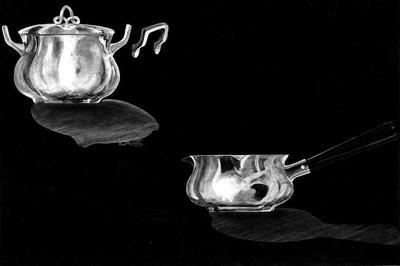 Ontwerptekening op zwart papier van een suikerpot met deksel met opengewerkt knopje en twee oren, en een melkkan met houten handgreep.