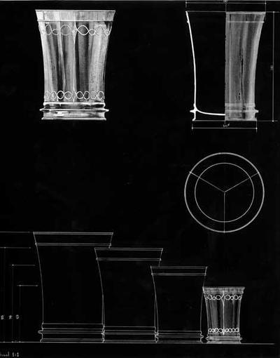 Ontwerptekening in 4 formaten van een naar boven verwijdende beker met aan de onderkant een brede rand in relief en een dubbele lijn langs de bovenrand. Ook is een afbeelding van het aanzicht van de bodem getekend.