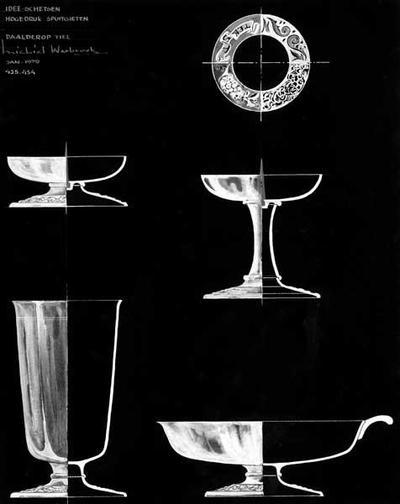 Ontwerptekening van twee kandelaars, één op brede voet en de andere met hoge schacht, een beker en een platte schaal met oor. De voet van deze 4 objecten is identiek. rechtsboven is de op diverse manieren bewerkte band van de voet getekend.